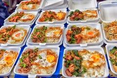 泰国,芭达亚, 27,06,2017在容器的食物在夜ma 免版税库存图片