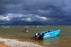 泰国,芭达亚, 24,06,2017猛冲在海和小船的天空  库存照片