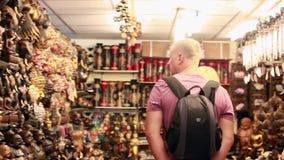 泰国,酸值苏梅岛, 2016年1月8日 结合有背包购物的游人在亚洲街市上的纪念品的 HD 股票视频