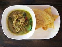 泰国,食物、绿色咖喱鸡、椰奶和油煎的Roti 库存图片