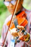 泰国- 2017年弹小提琴的9月10日一个老人在p 库存图片