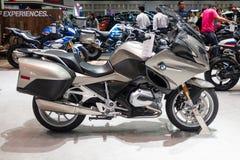 泰国- 2018年12月:BMW R 1200 RT摩托车接近的身体在马达商展提出的暖武里泰国 免版税库存照片