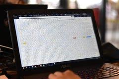 泰国- 2018年7月25日:结构在膝上型计算机屏幕上的HTML代码显示  免版税库存照片