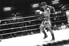 泰国年轻拳击手准备他的身体 免版税库存图片