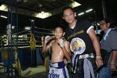 泰国年轻拳击手和他的辅导者 免版税图库摄影