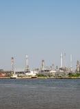 泰国从晁Phra Ya河的反面的精炼厂工厂设备风景  库存图片