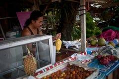泰国10月2013 2日,卖主果子清洗买家的,酸值张泰国菠萝 库存照片