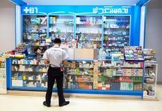 泰国-2017年5月17日:在架子安排的医学在药房 库存图片