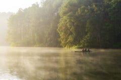 泰国10月14日:竹木筏的旅客在湖机智 库存图片