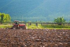 泰国- 2016年12月7日: :农夫用途拖拉机为准备soi 免版税图库摄影