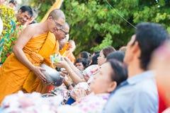 泰国4月13日: :给施舍Songkran费斯特的一个和尚 免版税库存照片