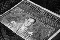 泰国- 10月26,2016 :在桌上的报纸与画象  免版税库存图片