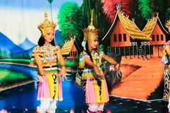 泰国- 11月6 :小组妇女展示manora舞蹈 免版税库存图片