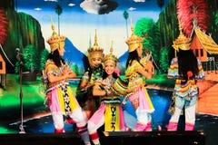 泰国- 11月6 :小组妇女展示manora舞蹈 库存照片
