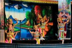 泰国- 11月6 :小组妇女展示manora舞蹈 免版税图库摄影