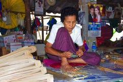 泰国-清迈-手工制造的竹子-伞妇女- 库存图片