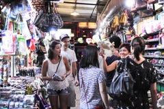 泰国购物街道在晚上 免版税图库摄影