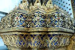 泰国玻璃从五颜六色的玻璃的马赛克墙壁装饰装饰品在Wat Pho寺庙,曼谷泰国 库存图片