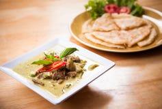 泰国绿色咖喱牛肉供食与小面包干 免版税库存图片