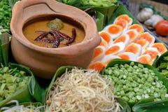 泰国细面条吃用咖喱 免版税库存图片