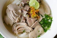 泰国细面条吃用煮沸的内脏猪肉 免版税库存照片