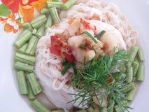 泰国细面条盘用鱼辣汤和菜 免版税库存照片