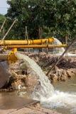 泰国洪水,泵浦从街道抽到河 免版税图库摄影