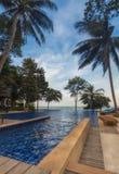 泰国 Ko张 张Buri度假旅馆游泳池有海视图 库存图片
