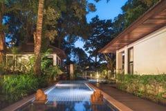 泰国 Ko张 旅馆张Buri手段别墅游泳池边晚上 库存图片