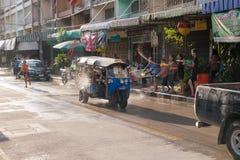 泰国Songkran大气乐趣,冷却并且微笑 库存照片