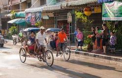 泰国Songkran大气乐趣,冷却并且微笑 免版税图库摄影