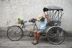 泰国Tuk Tuk司机小睡的清迈泰国 免版税库存图片