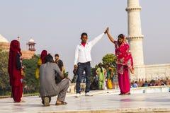 泰姬陵的印地安游人在阿格拉,印度 库存照片