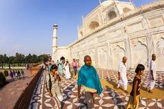 泰姬陵的印地安游人在阿格拉,印度 免版税库存照片