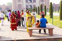 泰姬陵的印地安游人在阿格拉,印度 免版税库存图片