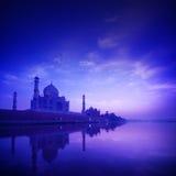 泰姬陵阿格拉印度在蓝色小时 免版税库存照片