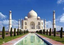 泰姬陵,阿格拉,印度-爱的纪念碑在蓝天的 免版税图库摄影