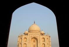 泰姬陵,从清真寺的阿格拉,印度视图在晚上 库存图片