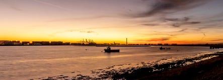 泰晤士出海口,在孔避风港小河,Canvey海岛的日落 图库摄影