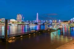 泰晤士在夜和长的曝光里 图库摄影