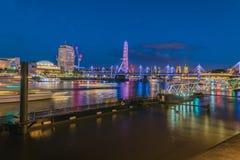 泰晤士在夜和长的曝光里 免版税库存图片