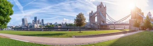泰晤士有塔桥梁的河沿全景 免版税库存图片