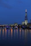 泰晤士河、塔桥梁和碎片,伦敦在晚上 图库摄影