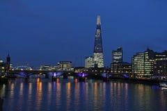 泰晤士河、塔桥梁和碎片,伦敦在晚上 免版税库存图片
