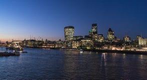 泰晤士河伦敦在与伦敦市地平线的夜之前 库存图片