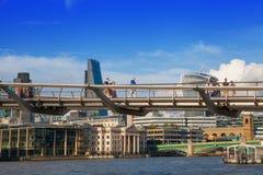 从泰晤士河和千年桥梁的伦敦视图 免版税库存照片