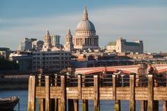 泰晤士河和圣保罗大教堂伦敦 免版税库存照片
