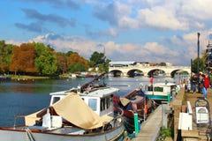 泰晤士河和桥梁在泰晤士的金斯敦在萨里 免版税库存照片