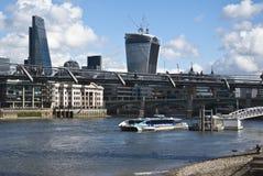 泰晤士河和现代大厦看法  免版税库存照片