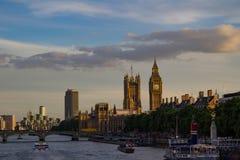 泰晤士河和纪念碑视图 免版税图库摄影